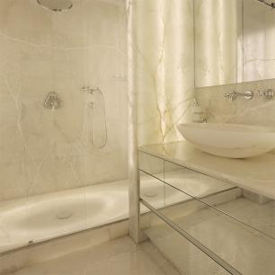 Rivestimento: Onice Bianco Levigato / Piatto doccia a massello: Onice Bianco retroilluminato